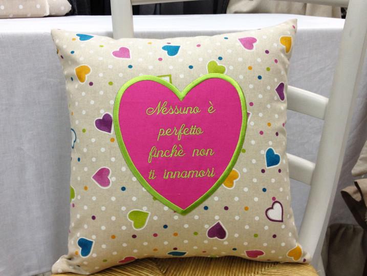 Cuscino Nessuno è Perfetto cuori colorati