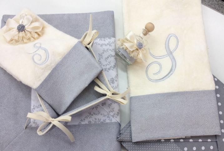 Asciugamano con balza fantasia grigio con iniziale ricamata